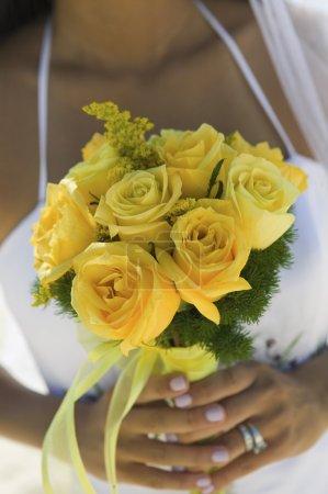 Photo pour Gros plan de Mariée avec Bouquet de roses jaunes - image libre de droit