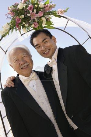 Photo pour Coucher avec son père sous l'arche à l'extérieur (portrait ) - image libre de droit