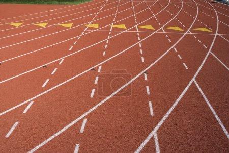 Photo pour Gros plan de la voie des marques sur la piste d'athlétisme - image libre de droit