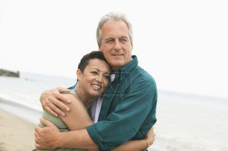 Photo pour Couple embrassant sur la plage - image libre de droit