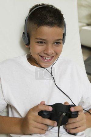 Foto de Chico con auriculares jugando videojuegos - Imagen libre de derechos