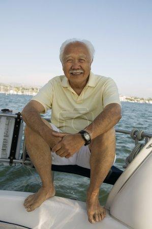 Homme senior sur voilier