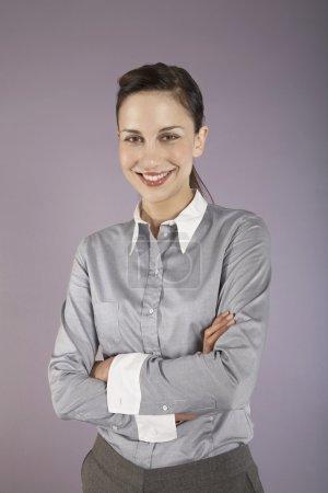 Photo pour Femme d'affaires debout avec les bras croisés portrait - image libre de droit