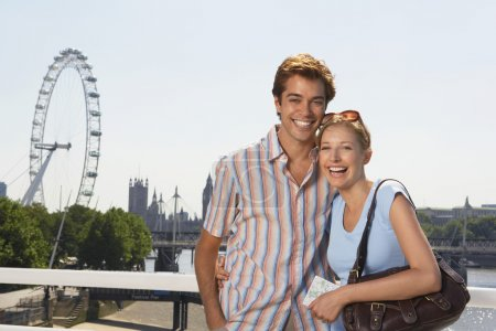 Photo pour Jeune couple en vacances posant par Thames River portrait - image libre de droit