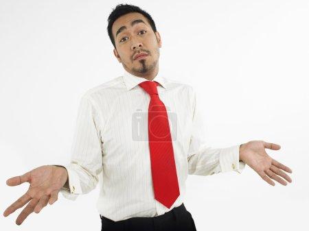 Photo pour Homme haussant les épaules en studio mi-longueur - image libre de droit