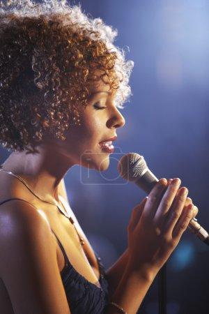 Photo pour Jazz Singer performer dans le club - image libre de droit