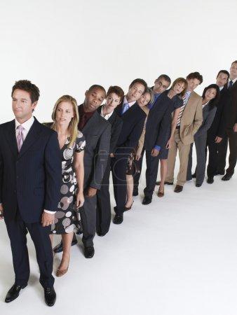 Photo pour Ligne de gens d'affaires se pencher - image libre de droit