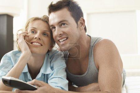 regarder la télévision couple