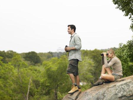 Homme et femme sur rocher