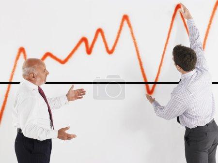 Photo pour Hommes d'affaires regardant le graphique - image libre de droit