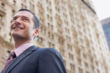 Foto de Uomo d'affari sorridente all'esterno basso angolo di visualizzazione - Imagen libre de derechos