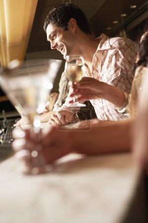Photo pour Homme debout au bar riant vue latérale - image libre de droit