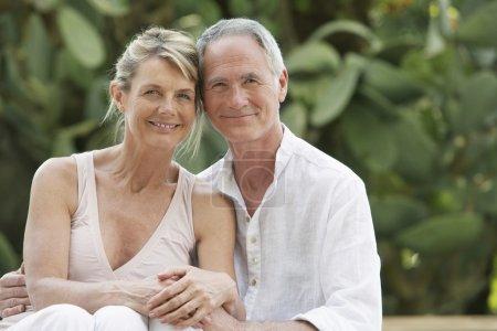 Photo pour Couple sénior affectueux dans le jardin - image libre de droit