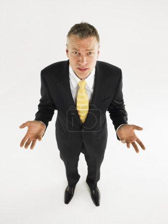 Photo pour Homme en costume avec paumes levées sur toute la longueur - image libre de droit