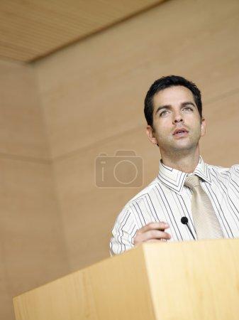 Photo pour Homme d'affaires, parler au podium dans la salle de conférence - image libre de droit