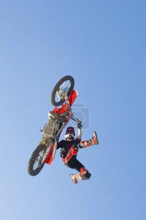 Motocross-Rennfahrer mit Stunt