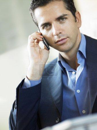 Photo pour Homme d'affaires à l'aide de téléphone portable à l'intérieur portrait - image libre de droit