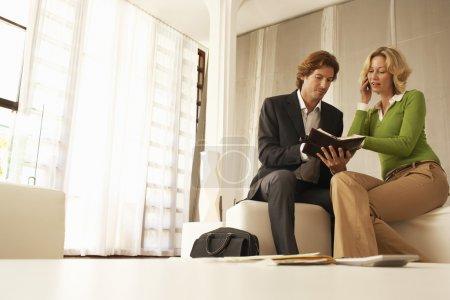 Photo pour Les gens d'affaires lors d'une réunion au bureau - image libre de droit
