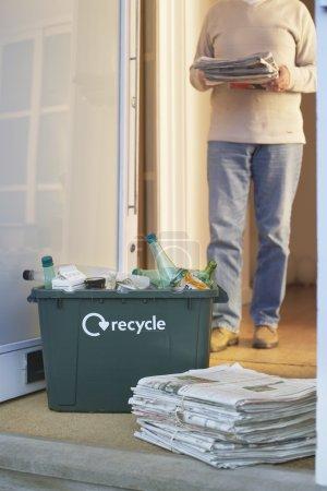 Photo pour Gros plan de recyclage conteneur et les tas de déchets papiers étage avec personne en arrière-plan - image libre de droit