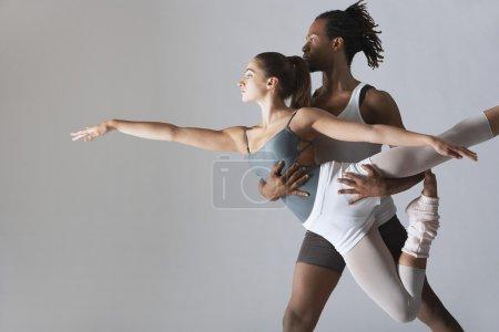 Photo pour Ballet danseur soutenant la ballerine en studio - image libre de droit