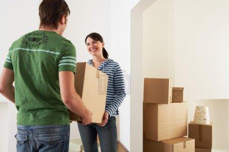 Photo pour Couple pénétrant de maison neuve en boîte - image libre de droit