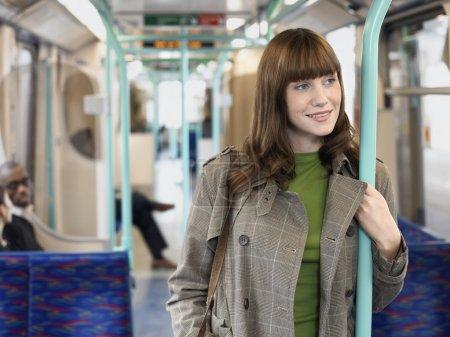 Mujer de pie en tren