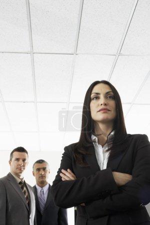 Photo pour Businesspeople, debout avec les bras croisés - image libre de droit