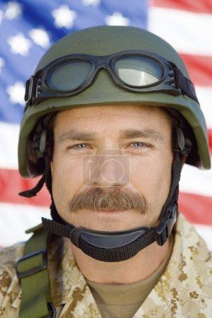 Photo pour Soldat avec moustache devant le drapeau des États-Unis - image libre de droit