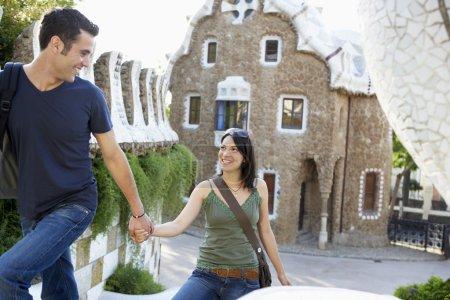 Photo pour Tourisme jeune couple main dans la main - image libre de droit