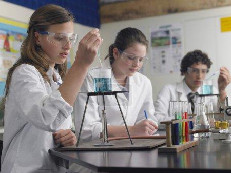 Photo pour Étudiants du secondaire étudiant en laboratoire - image libre de droit