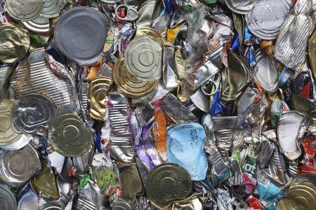 Photo pour Tas de boîtes de conserve plein cadre - image libre de droit