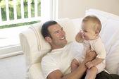 Otec a dítě na pohovce
