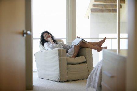 Photo pour Femme relaxante - image libre de droit