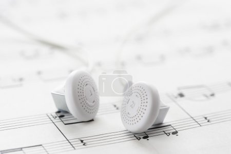 Photo pour Partition musicale et écouteurs - image libre de droit