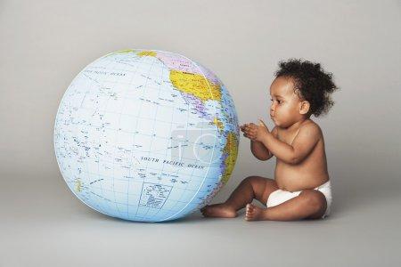 Photo pour Afro-américain bébé en couche En regardant Globe - image libre de droit