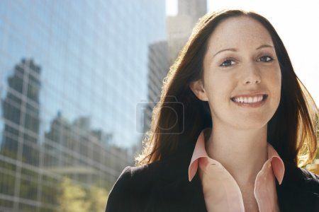 Photo pour Jeune femme de portrait d'immeuble de bureaux - image libre de droit