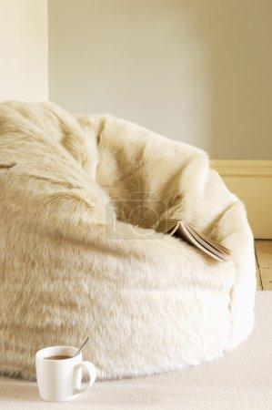 Photo pour Pouf fourrure avec coupe du livre et du café - image libre de droit