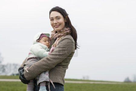 mère avec le bébé qui dort