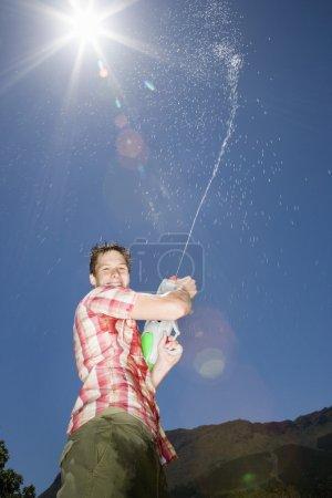 Garçon avec canon à eau