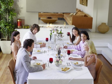 Photo pour Heureux amis au dîner partie - image libre de droit