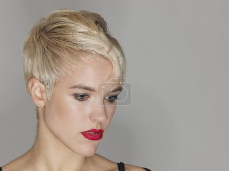 Photo pour Blonde jeune femme posant en studio - image libre de droit