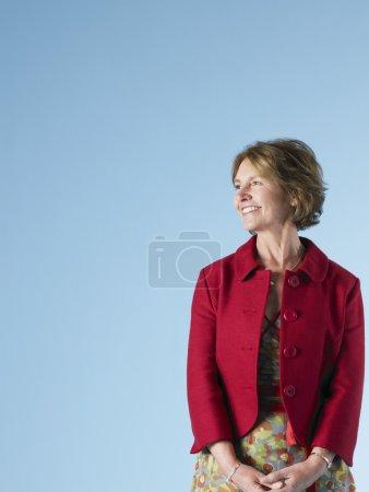 Photo pour Femme souriante posant en studio - image libre de droit
