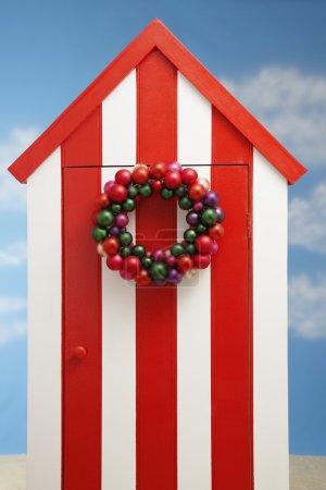 Photo pour Cabine de rangement de plage avec décoration de Noël sur la porte - image libre de droit