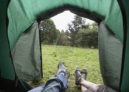 Photo pour Jambes des enfants se trouvant dans la tente, à faible section - image libre de droit