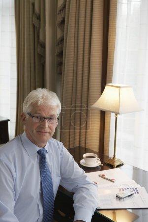 Photo pour Homme d'affaires confiant souriant au bureau - image libre de droit