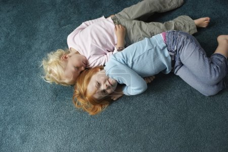 Sœurs, couché sur le tapis