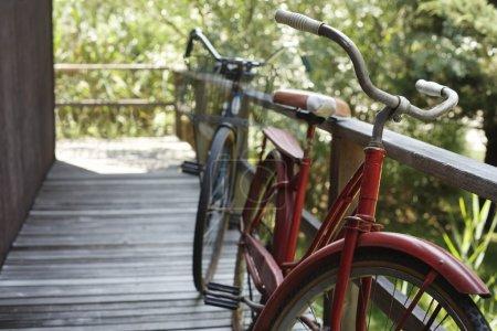 Photo pour Vélos garés sur le trottoir de la ville - image libre de droit