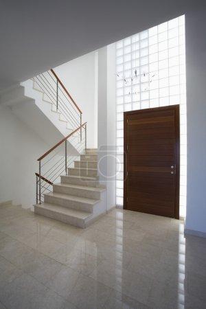Photo pour Chypre, hall d'entrée et escalier de la maison contemporaine - image libre de droit