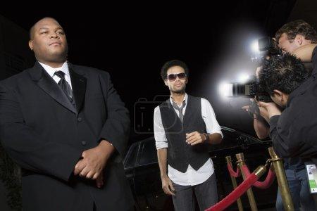 Sławna mężczyzn dotarł wydarzenia medialne