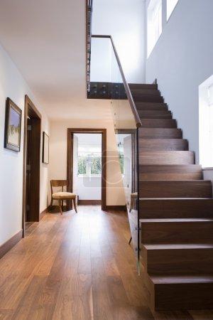 Photo pour Escalier à l'intérieur de la maison - image libre de droit